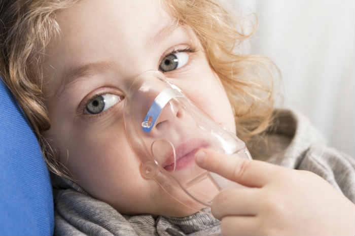 bambina con maschera ossigeno