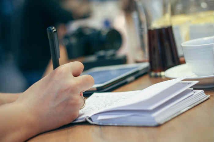 donna scrive un diario