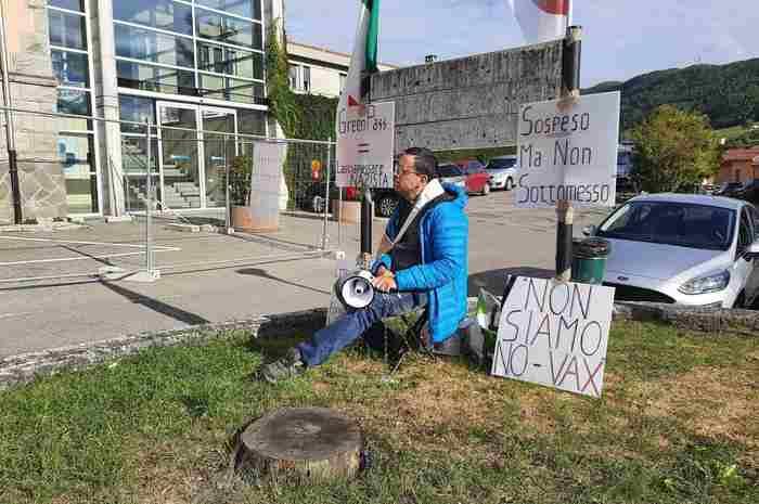 Parma, infermiere sospeso si incatena davanti all'ospedale