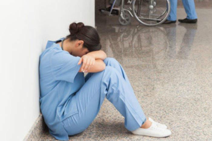 infermiera seduta a terra