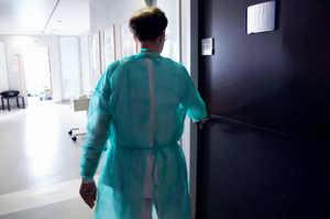 L'Oss e il corretto utilizzo del camice di protezione monouso