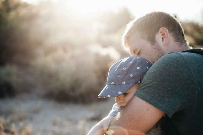 papà con in braccio il figlio