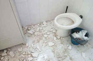 Crolla parte del solaio in bagno, Borrelli: Tragedia sfiorata