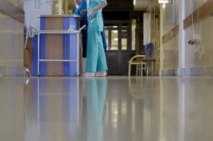Contro gli infermieri con l'asta della flebo, panico in Ps