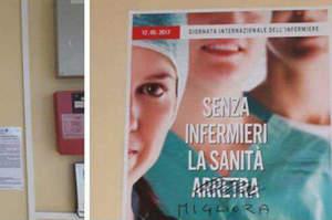 Manifesti degli infermieri danneggiati dai vandali