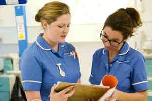 NHS in crisi, politici Uk puntano sugli infermieri