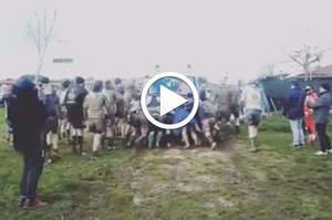 Ambulanza nel fango, ci pensano i giocatori di rugby