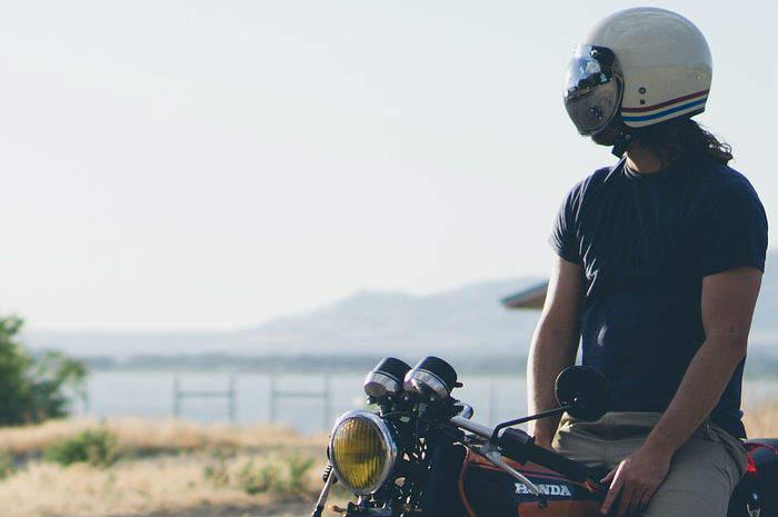 uomo in moto