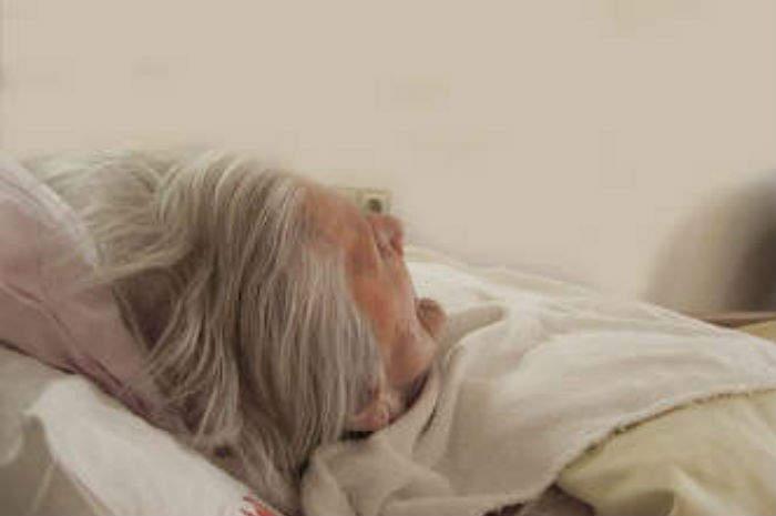 anziana a letto