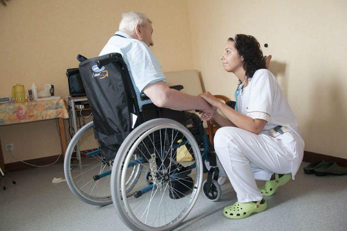 Un'infermiera al lavoro in una casa di riposo
