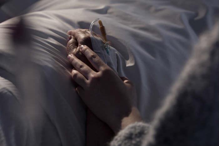 morte letto mani