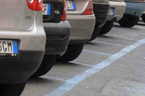 Milano, tessere a scalare per affrontare il problema parcheggi