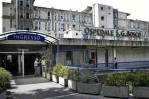 Napoli, infermiera e medici spintonati e presi a schiaffi