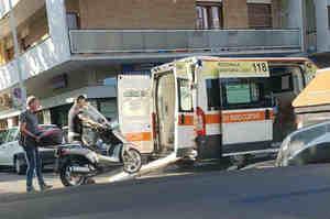 Carica uno scooter sull'ambulanza: Sospeso infermiere del 118