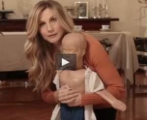Video. Lorella Cuccarini spiega come salvare un bambino che soffoca