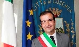 Sindaco di Cosenza obbliga i manager dell'ospedale ad assumere...