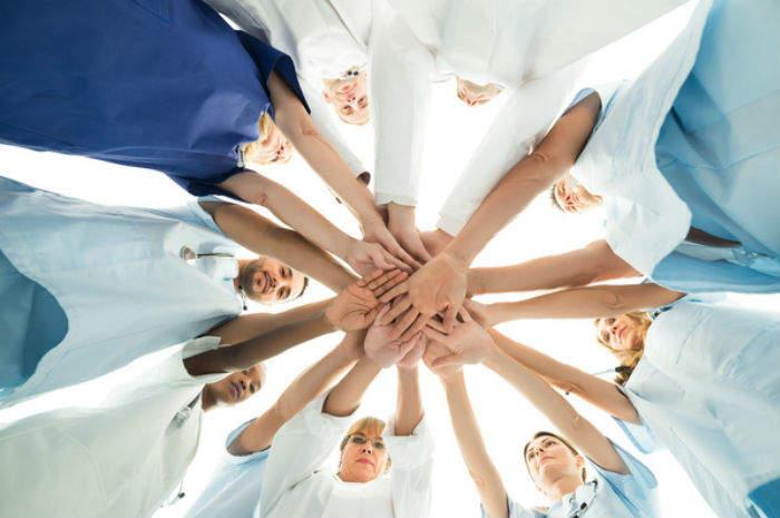 Mani di infermieri uniti